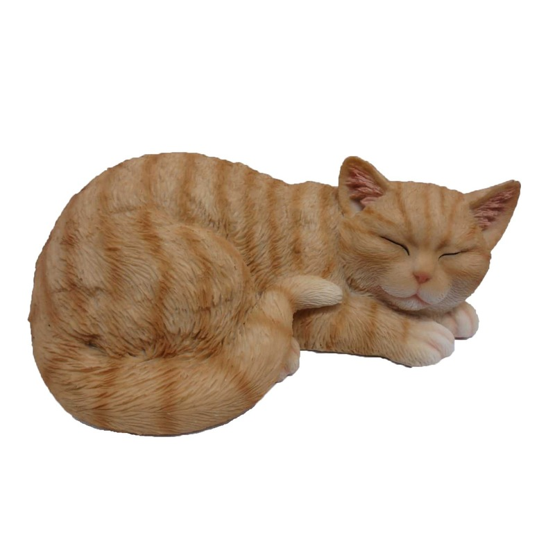 Dierenbeeldje rood/witte katten/poezen kitten slapend 28 cm