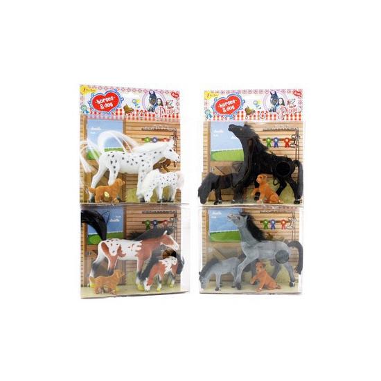 Grijs speelgoed paard met veulen en hond