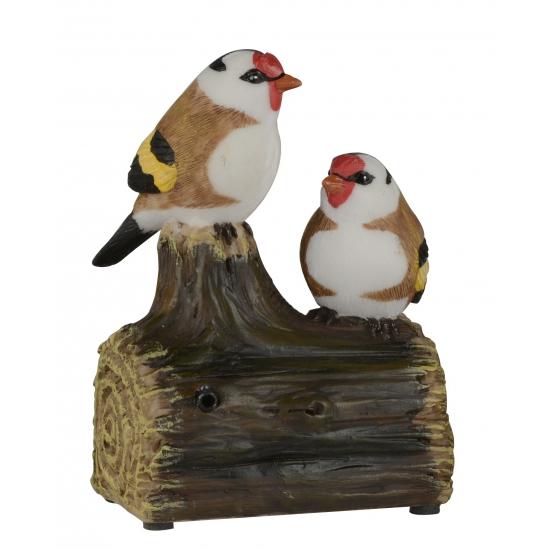 Vogel tuinbeeldje puttertjes op boomstam met geluid 11 cm
