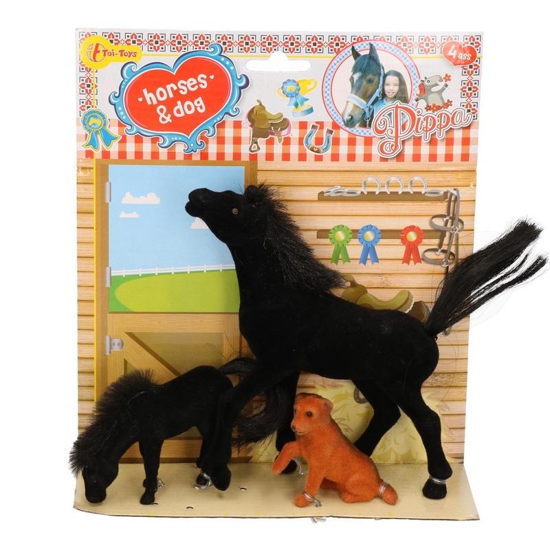 Zwart speelgoed paard met veulen en hond