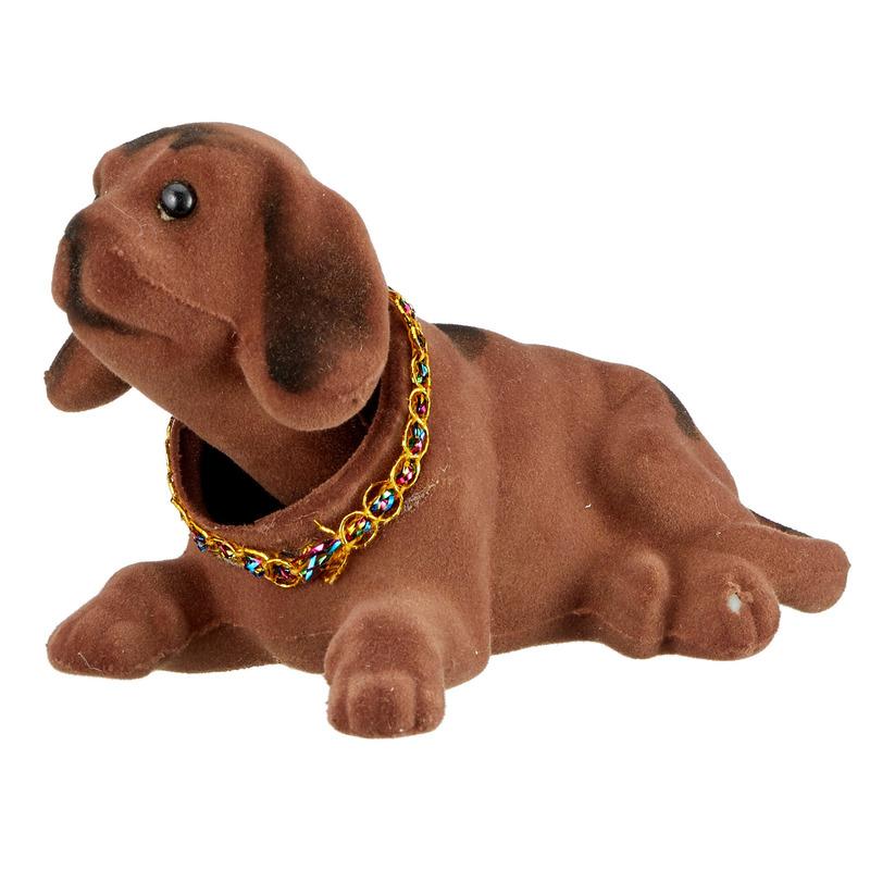 Bewegende donkerbruine hond voor hoedenplank