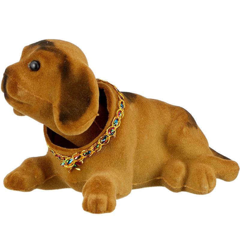 Bewegende lichtbruine hond voor hoedenplank